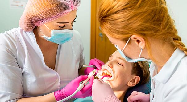 Чистка зубів у клініці